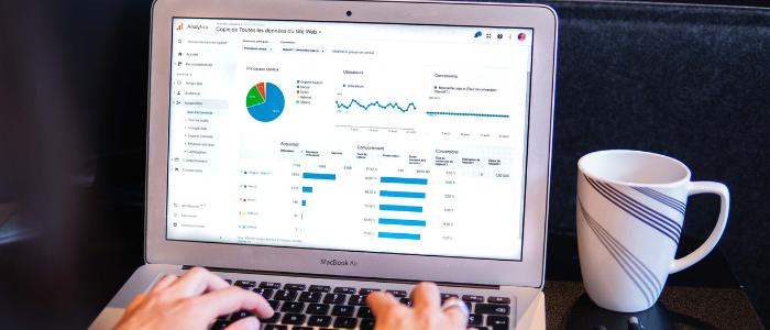 Ordinateur montrant un rapport de Google Analytics