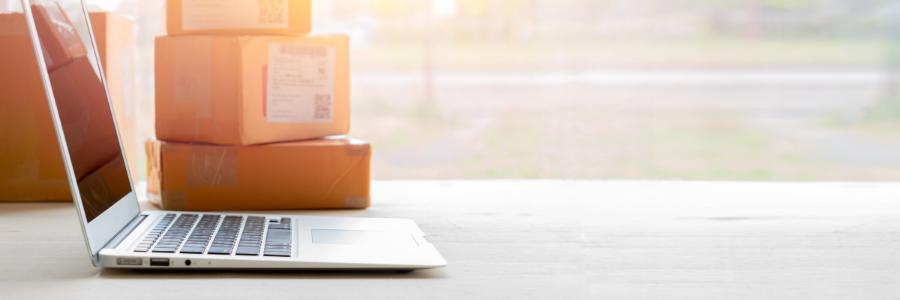 Ordinateur et paquets pour illustrer le commerce en ligne