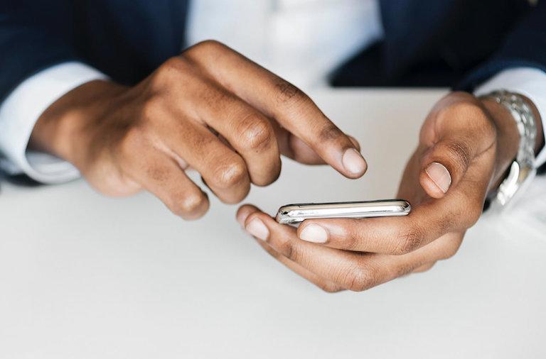 Personne qui utilise son téléphone pour faire des achats en ligne sur les marketplaces
